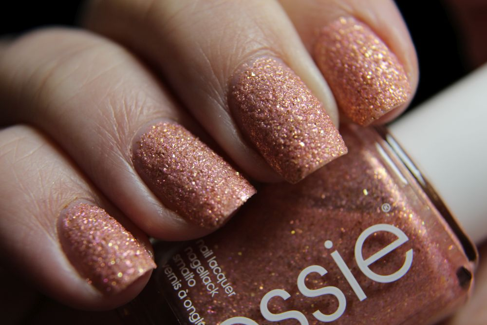 Essie Concrete Glitter - Beat of the moment - closer