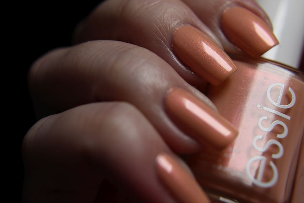 Essie - Srping 2019 - pinkies out - close