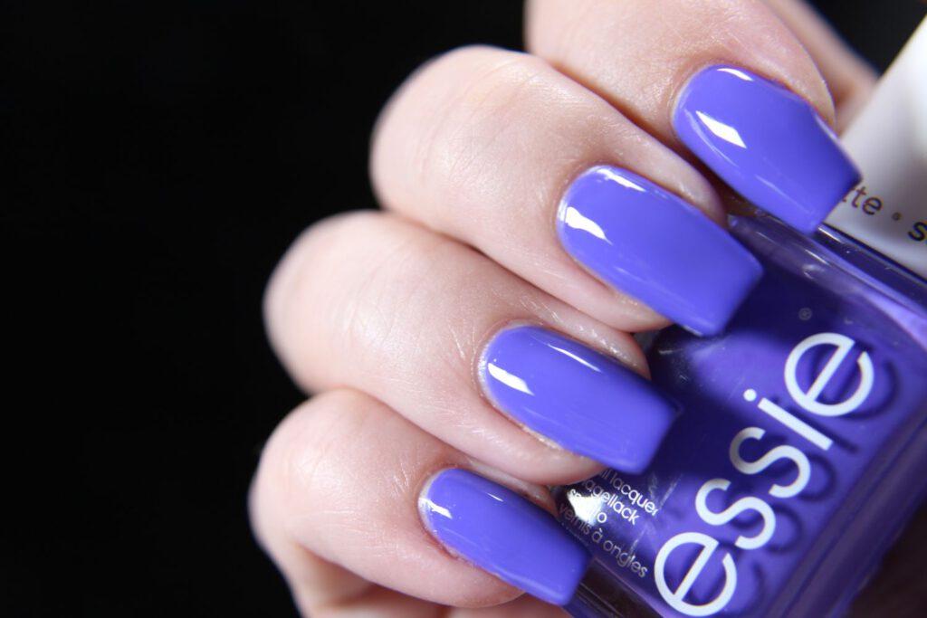Essie - serving looks - glossy